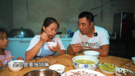 女儿想吃兔子,老公捡了个便宜,做一盘蘸水兔,老公吃得津津有味