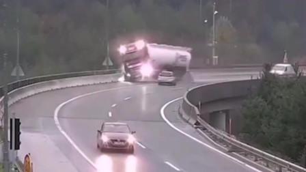 监控:四两拨千斤!四川大货车直接被撞下高架桥!画面惊心动魄