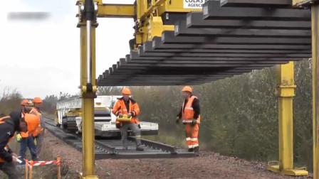 为啥外国铺铁轨这么省力?一台机器几个工人就够了,真轻松!