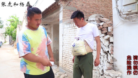 小伙绑一袋大米在肚子上,体验孕妇的辛苦,一圈下来太累了