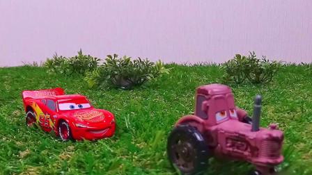 闪电麦昆误闯入草坪中,差点被推土机撞翻