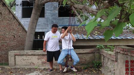 六一儿童节农村小伙回忆童年,树上绑板凳玩荡秋千,你玩过吗?
