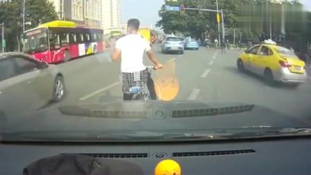 年轻人那么嚣张,非机动车闯红灯你还这么横,结果舒适吗?