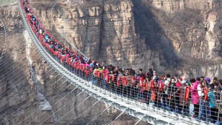 """大量游客挤上玻璃桥,不料桥面突然""""破裂"""",镜头记录惊险一幕!"""