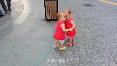 双胞胎兄弟去逛街,哥哥带弟弟的画面,把路人都暖哭了