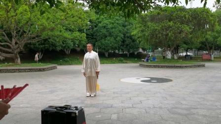 杨乃景于6月2月在龙港公园演示武当太极剑。