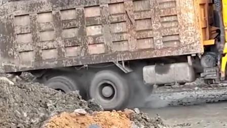 上个坡这样开车,轮胎不要钱的吗!