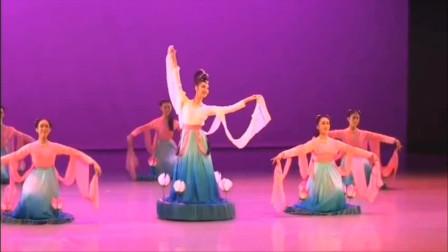 云舞裳丨舞蹈女子群舞《荷花舞》北京舞蹈学院附中 看美丽的荷花在舞台上游动回旋 亭亭玉立 圣洁高雅