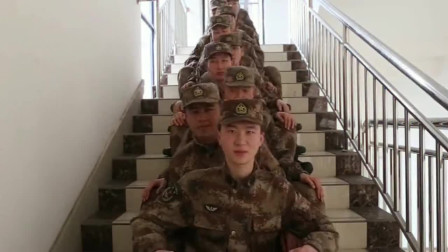 兵哥哥也有这么可爱的一面,在楼梯上跳一段舞蹈,多少女生该心动了!