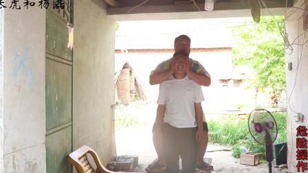 """农村小伙体验""""看北京"""",用手抱着头往上提,你小时候玩过吗"""
