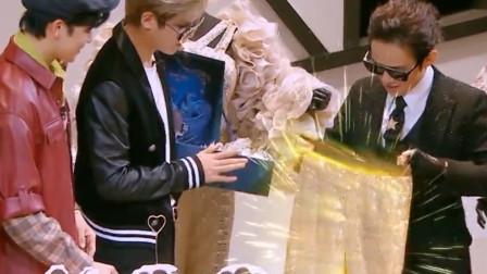 黄明昊送何炅的生日礼物,竟是一条黄金秋裤,侯明昊神吐槽!