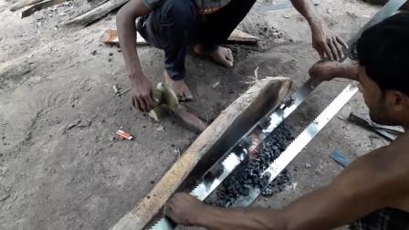 工人拿火炭焊接锯片,徒手直接捞出,这方法还挺聪明的!