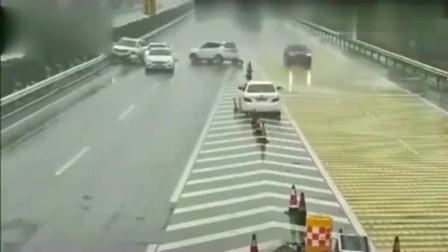 监控:美国女司机完美诠释,啥叫马路杀手,一脚急刹车造成5车连撞