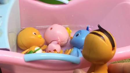 鸡妈妈喊孩子们洗澡,发现迈奇不在,孩子们洗的很开心