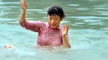 寡妇们开心的在河里嬉戏,女子看了很不开心