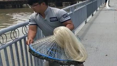 捕鱼:农村小伙在桥上撒网,拉网就有鱼有这技术以后饿不死了