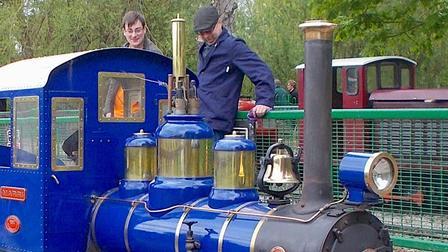 这么迷你的蒸汽机车你见过吗,怀念蒸汽机车的粉丝竟然制造出了迷你版