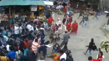一群人正在逛街,丝毫不知危险来临,自然灾害面前人类太渺小了