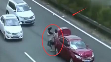 一家三口横穿马路,车祸瞬间发生,监控拍下悲剧一幕