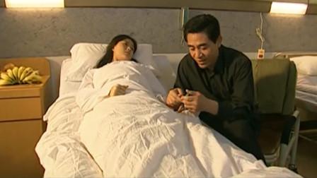 女儿被人袭击重伤住院,父亲坐在病床边帮女儿剪指甲