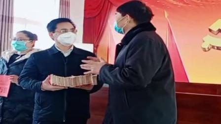 大衣哥为武汉人民捐款了,亲手抱着20万现金交给村书记,太有爱心了!