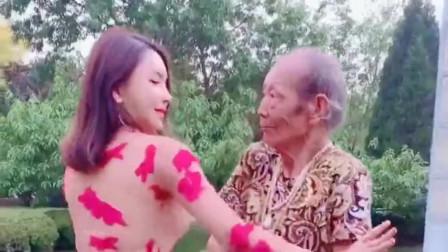 广西大爷真是人老心不老,和年轻的小姐姐跳舞跳得很嗨,我承认我羡慕了!