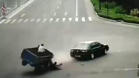 山东;这三轮车司机得多倒霉,被自己的车连续碾压两次