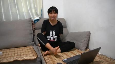 无臂女孩如何用电脑,甚至还能打游戏