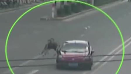 """监控实拍:广西男子""""碰瓷""""太用力,直接被红色轿车撞飞几米远"""