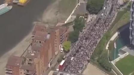 """美国黑人事件升级,大批示威者涌入美国驻英使馆,手举""""我无法呼吸""""等标语!"""