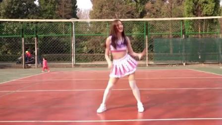 软妹子篮球场热舞, 真想有个这样女朋友, 感觉又恋爱了