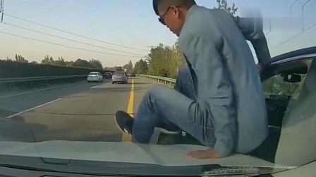 路怒男子别车逼停女司机,下车就要动手,行车记录仪拍下荒唐一幕