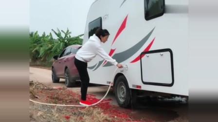 广东美女房车旅行一路向北,找地方借了点儿水洗洗车,四川网友:还挺爱干净!