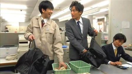 两小伙存在感极低,不仅吃饭不用给钱,就算去银行里拿钱也没人管!