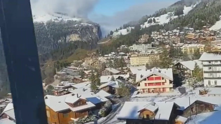 火车窗外的世界简直就是雪地童话,好想停下来,去拜访拜访这座雪小村!
