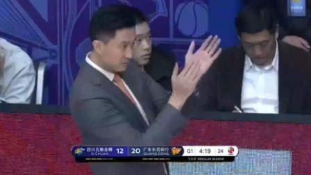王薪凯被放倒后,爆发小宇宙连拿5分,杜峰场边拍手称赞
