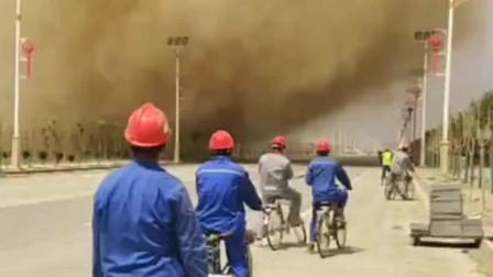 一群工人下班后骑车回家,半路发现了龙卷风,他们会遭受什么呢?
