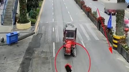 一个作死的女人,一个眼瞎的摩托车,这算是谁的责任啊