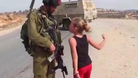 一名巴勒斯坦小女孩憎恶的向以色列士兵表示厌恶!真实拍摄