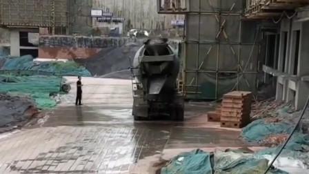 水泥罐车这是成精了,摇摇晃晃的跳起舞蹈,司机师傅都不敢上车了!