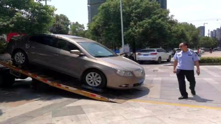 湖北:黄冈交警火眼金睛识破套牌车 违法车辆被强制拖离