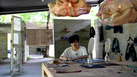 """深圳:服装设计师改行""""收破烂""""  将""""垃圾""""变成生活艺术品"""