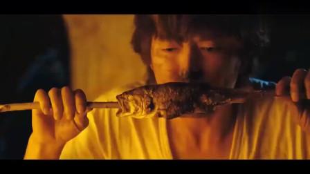 小伙被困荒岛后、得到老天的眷顾、吃上了大鱼大肉