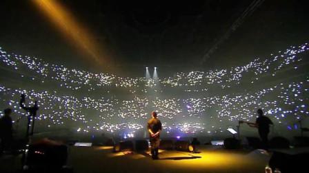 那些比原版还惊艳的演唱会现场,开头前奏响起直击灵魂,太好听了