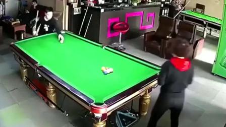 这是一局神奇的开球,服务员摆完球后就走了,再一回头懵了!