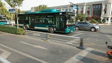济南公交多车辆通过洪家楼