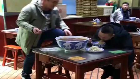 大哥这是饿了多少天,要吃这么一大碗面条,厨师都懵了!