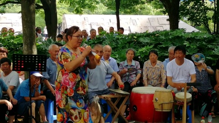 浦江县戏迷杨爱仙:在周日文化广场戏迷娱乐队演唱《三请梨花哭灵》