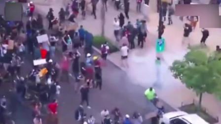美国暴乱最新进展,示威者装备升级,向警察扔烟雾弹!(1)