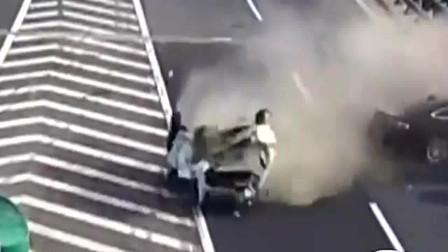 杭州某高速出口,真的太可恨了,监控拍下的车祸瞬间!
